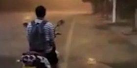 Në vendin ku qëndron motoçiklisti asfalti ishte i thatë, kurse pak metra larg tij binte shi i rrëmbyeshëm (Video)