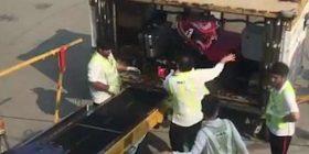 Punonjësit e aeroportit të Hong Kongut filmohen duke i hedhur valixhet me materiale që thyhen lehtë, sikur të ishin thasë me patate (Video)