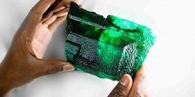 Zbulohet smeraldi i gjelbër në Zambi, i ka 5,655 karatë dhe kapë vlerën e dy milionë funteve (Foto)