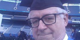 Burri 66-vjeç ishte regjistruar në fakultet në vitin 1969, pas afro gjysmë shekulli diplomon (Foto)