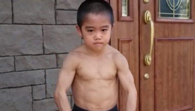 Japonezi 8-vjeç imiton adhuruesin e tij të flaktë Bruce Lee, çdo lëvizje e ushtron çdo ditë me qokla (Foto/Video)
