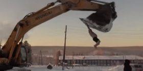 Burri gjysmëlakuriq argëtohet mbi ekskavator në minus 37 gradë celsius, i hedhin dhe ujë të ftohtë në kokë (Video)