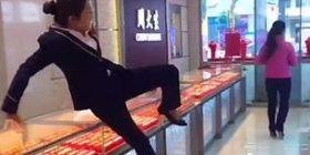 Blerësit mashtrojnë argjendarët, bëhen kinse po ikin me stoli para se të ndalojnë para pasqyrës (Video)