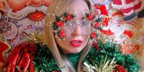 Dizajnerja e modës vishet me motivet e dekorimeve të festave të fundvitit (Foto)