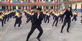 Drejtori i shkollës kineze bëhet hit në internet, vallëzon me nxënësit çdo mëngjes (Video)