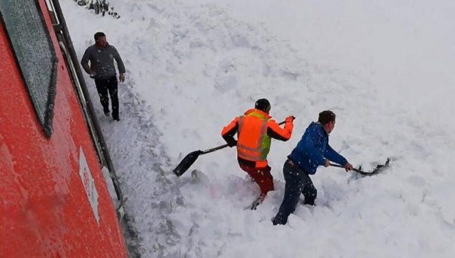 Pasojat e motit të ligë në Evropë, shoferi i trenit vëren diçka në borë – ndalet dhe shpëton dhinë e ngujuar (Video)