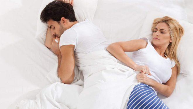 Derisa jeni në gjumë, partnerin e shtyni nga krevati? Problemi mbase është më serioz seç mendoni