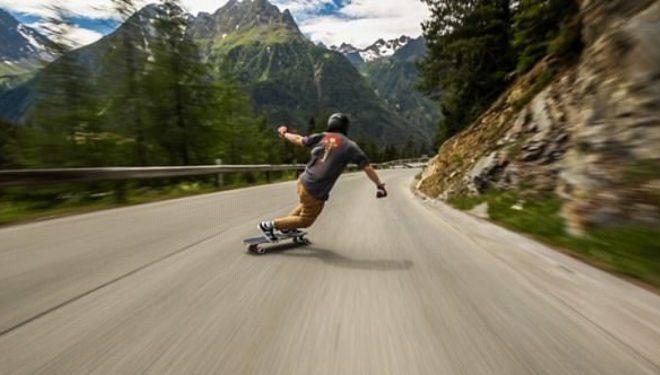Amerikani që lëviz me skateboard me 112 kilometra në orë nëpër alpet e Francës (Video)