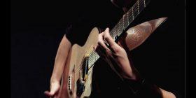 Adoleshenti polak interpreton në kitarë Simfoninë e Pestë të Betovenit (Video)