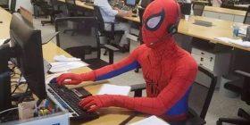 Dha dorëheqje nga banka, ditën e fundit të punës shkoi i veshur si Spider-Man (Foto)