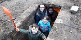 Gjatë rregullimit të oborrit, gjetën një bunker të fshehur për një kohë të gjatë (Foto)