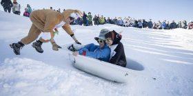 Lëshimi i përvitshëm në pistë skijimi me vaska dhe kostume (Foto)