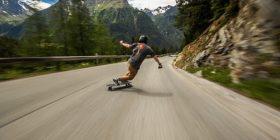 Manovroi me sukses skejtbordin nëpër rrugë malore, lëvizi edhe me 110 kilometra në orë (Video)