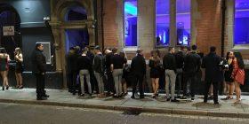 Prisnin në radhë për të hyrë në klubin e natës, befasuan me ngjyrat e njëjta të veshjeve (Foto)