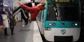 Rrotullohet në ajër, shumë afër trenit që po afrohej (Video)