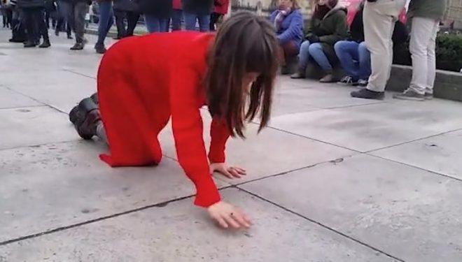 """Të gjithë të habitur me """"zonjën në të kuqe"""" që po """"zvarritet me këmbë e duar"""" në qendër të Londrës! (Foto)"""