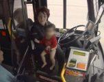 Shoferja ndali autobusin për të marrë një fëmijë që po lëvizte këmbëzbathur (Video)