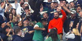 Shqiponja humb kontrollin gjatë një performance në stadium, përfundon në krahun e shikuesit (Video)