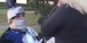 Vishet si kalorës mesjetar, shkon me kalë të bardhë te partnerja për t'i propozuar martesë (Video)