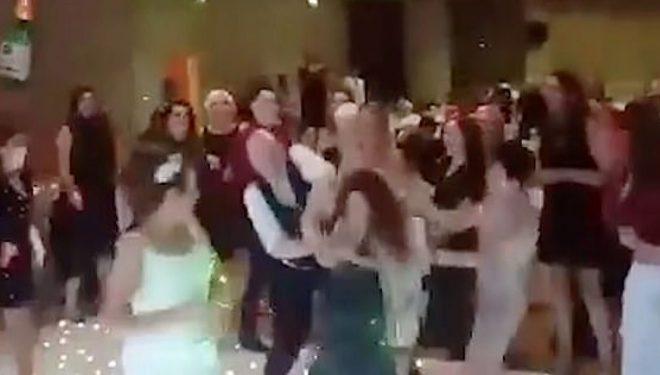"""Mysafirët e dasmës """"përleshen"""" për buqetën e hedhur nga nusja (Video)"""