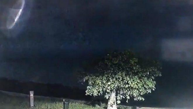 Policia australiane habitet me pamjet që filmuan kamerat e sigurisë, disa besojnë se është lojë dritash – të tjerët janë të bindur se bëhet fjalë për UFO (Video)