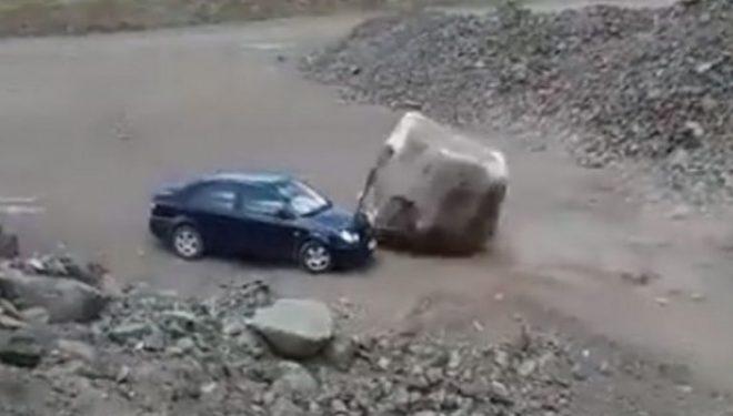 """Copa gjigante e gurit rrokulliset poshtë kodrës, ndalet vetëm pak centimetra larg veturës – pasagjerët i shpëtojnë vdekjes """"për një fije floku"""" (Video)"""