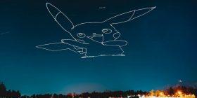 Artisti ndriçon qiellin gjatë natës, duke ilustruar figura të ndryshme me dron (Video)