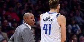"""Gjest i rrallë në NBA: Trajneri i Clippersave mori """"time-out"""" dhe u kërkoi fansave ta nderojnë me duartrokitje Nowitzkin"""