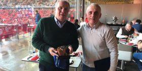 Presidenti i Bayernit, Hoeness merr dhuratë fanellën e Kosovës nga ambasadori jonë në Gjermani
