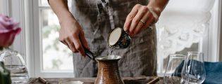 Kafja e mëngjesit pihet edhe nëse i shtoni pak kripë