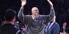 Legjenda Kareem Abdul-Jabbar shet unazat e kampionit të NBA-s për qëllime bamirësie