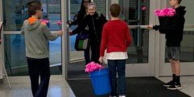 Tre djem befasuan vajzat e shkollës, blenë lule për secilën prej tyre – për Shën Valentin (Foto)