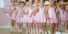 Mësuesja mbeti e befasuar, kur iu bashkëngjitën në klasë katër binjake (Foto)