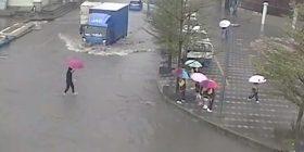 Mësuesja kineze i barti të gjithë nxënësit një nga një, në anën tjetër të rrugës së vërshuar nga uji (Video)