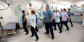 Ortopedët e një spitali anglez e fillojnë turnin me vallëzim, praktikën e njëjtë kërkojnë ta aplikojnë të gjithë (Video)