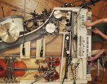 Pianoja e vjetër brenda së cilës janë instaluar edhe 20 instrumente tjera (Video)