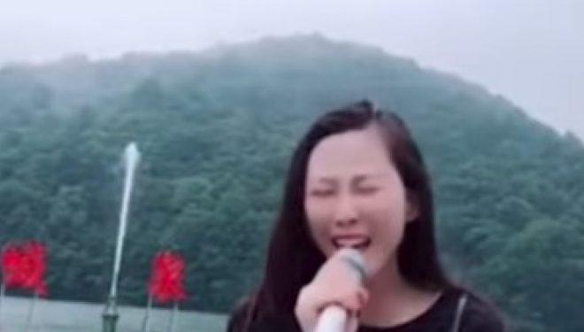 Këto fontana në Kinë funksionojnë vetëm në një mënyrë – sa më shumë që bërtisni, aq më lart shkon uji (Video)