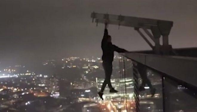Pasion apo çmenduri? Varet në rreth 200 metra lartësi, duke përdorur vetëm njërën dorë të tij! (Video)