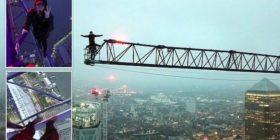Adoleshentët qëndrojnë në një vinç në 250 metra lartësi, pa asnjë pajisje të sigurisë – vetëm për të prodhuar disa pamje (Foto/Video)