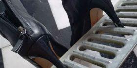 Shkoi në shtëpi me rrjetën e kanalizimit, ku i kishin ngecur takat e çizmeve (Foto)
