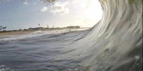 Surfisti kaloi me sukses brenda harkut të një vale gjigante (Video)