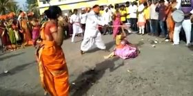 Theu me sëpatë arrat e kokosit mbi trupat e asistenteve, derisa lëvizte me sy mbyllur (Video)