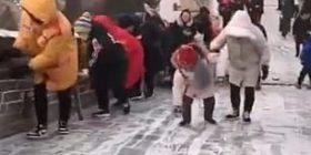 Turistët nuk ndalonin së rrëshqituri nëpër sipërfaqen e ngrirë të Murit Kinez (Video)