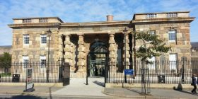 Vizitorja e burgut të kthyer në muze, e tmerruar me fotografinë ku shfaqet 'fantazma me uniformë' (Foto)