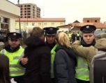 Shpërthen në lot polici gjatë protestës në Drenas (Video)