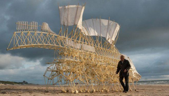 Skeletet e Theo Jansen ecin në plazhet e planetit (Video)