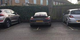 Shoferi i veturës Porsche bllokon dy vende parkingu – të tjerët supozojnë se pse e bëri një gjë të tillë (Foto)
