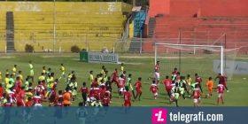 Kur tetë futbollistë profesionistë luajnë kundër 380 fëmijëve – dhe rezultati përfundon baras (Foto/Video)
