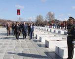 Ministri i Mbrojtjes dhe Komandanti i FSK-së homazhe në Memorialin Përkujtimor në Prekaz