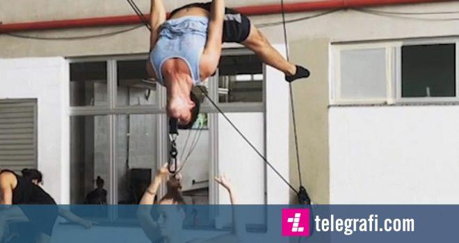 Akrobatja lëvizte në ajër, partneri e mbante për flokësh me dhëmbë (Video)